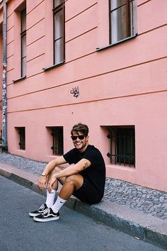 Simple fashion for Men. Vans Sneakers Socks Bershka Shorts Nike T Shirts Ray Ban Glasses Casio Watch Vans Sneakers, Sneakers Fashion, Vans Socks, Tenis Vans, Socks Men, Black Sneakers, Fashion Shoes, Fashion Outfits, Vans Outfit Men