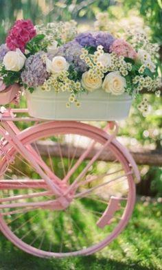 En rosa con flores.