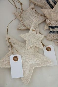 étoiles de lin christmas decoration inspiration to make for the rustic home , burlap and linen padded stars and garlands pretty gift tags to keep too Noel Christmas, Rustic Christmas, All Things Christmas, Winter Christmas, Handmade Christmas, Christmas Stockings, Christmas Ornaments, Xmas, Burlap Ornaments