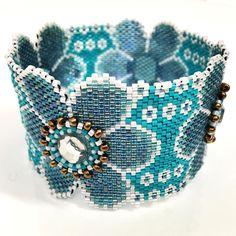 Bracelet anneau à grosses fleurs bleues acier et strass blanc - collection So Chic : Bracelet par ketiko