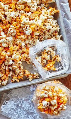 Think of this as a copycat Garrett's popcorn recipe! Makes a delicious DIY homemade Christmas or holiday food gift. A sweet and savory mix of flavors that everyone will love! This is how to give the gift of popcorn. Popcorn Mix, Popcorn Snacks, Gourmet Popcorn, Popcorn Recipes, Flavored Popcorn, Homemade Popcorn Seasoning, Cheese Popcorn, Popcorn Balls, Appetizer Recipes