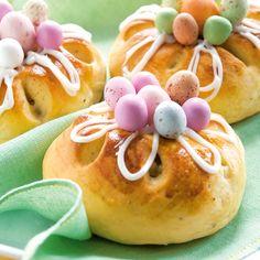 Hauskat pääsiäispullat maistuvat myös lapsille. Koistele pullat sokerikuorrutteella ja koristerakeilla tai pääsiäiskaramelleilla.