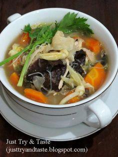 Resep sup kimlo yang kaya isi, gizi, segar dan sedap menu Chicken Diet Recipe, Diet Soup Recipes, Baby Food Recipes, Cooking Recipes, Healthy Recipes, Mie Goreng, Best Diet Foods, Malay Food, Indonesian Cuisine
