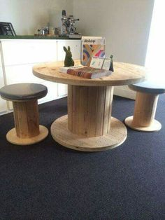 Wooden spool table and 4 x stools with cushions Wooden Cable Reel, Wooden Cable Spools, Wire Spool, Wood Spool Furniture, Wood Spool Tables, Pallet Furniture, Spool Crafts, Pallet Crafts, Electrical Spools