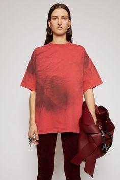 Spray-paint t-shirt Acne Studios, Designs Tie Dye, Marketing Direct, Tshirt Colors, Organic Cotton, Knitwear, Sportswear, Bell Sleeve Top, T Shirts For Women