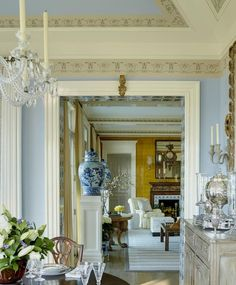 Chinoiserie Chic: On a Pedestal Parisienne Chic, Elegant Home Decor, Elegant Homes, French Country Dining Room, Country French, Country Living, Country Style, Chinoiserie Chic, Interior Decorating