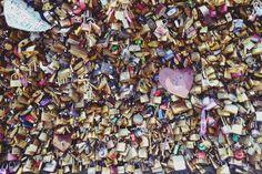 ♥ Pont des Arts en París, toma un candado escribe las iniciales tuyas y de tu enamorado/a ciérralo y tira la llave; tradición de años atrás para sellar el amor eterno. Alumnos de Turismo de 9no. cuatrimestre de viaje por Europa. ¡Felicidades chicos! +info.: Tel. (833) 230 3830 Une Tampico, México #UneTampico