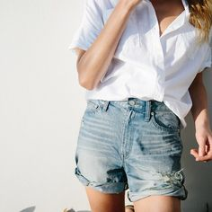 Go to look: Denim shorts + a white shirt tucked in // Style Style Outfits, Basic Outfits, Summer Outfits, Fashion Gone Rouge, Fashion Mode, Paris Fashion, Crops Tops, Look Jean, Look Con Short