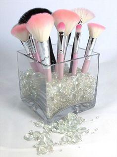 Vase et pierres transparentes pour ranger les pinceaux de maquillage  http://www.homelisty.com/rangement-maquillage/