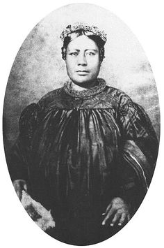 Princess Laura Kanaholo Kōnia (c. She was the mother of Princess Bernice Pauahi Bishop of Hawai'i (December 1831 – October born Bernice Pauahi Pākī, and the granddaughter of King Kamehameha I. Hawaiian People, Hawaiian Woman, Queen Of Hawaii, King Kamehameha, Atelier D Art, Aloha Hawaii, Vintage Hawaii, African Diaspora, Hawaiian Islands