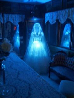 Halloween Indoor Decor Ideas To Make A Haunted House Scary living room decoration. Spooky Halloween, Scary Halloween Decorations, Halloween Displays, Halloween Haunted Houses, Outdoor Halloween, Halloween Party Decor, Holidays Halloween, Haunted House Decorations, Diy Haunted House Props