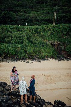 Im #Teamtrautante2018 feierten Sandra und Marco ihre freie Trauung als Elopement in Hawaii, USA, am Strand bei Sonnenaufgang. So sollte eine Hochzeit aussehen ♥    Foto: Paul Träger www.paultraeger.com Strand, Hawaii, Usa, Couple Photos, Couples, Photos, Aunts, Honeymoons, Wiesbaden