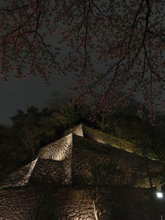 金沢城石垣と夜桜 Japanese Castle, Kanazawa, Belle Villa, Nihon, Castles, Past, Scenery, Past Tense, Chateaus