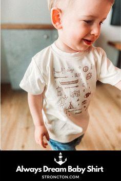 Vom Baby über Kleinkind bis zu den großen Kleinen ist für jede:n was dabei. Der erste Stroncton Kids-Drop besteht aus jeweils 2 verschiedenen unisex Baby Bodies, Baby T-Shirts und Kids T-Shirts. Egal ob für drüber im Sommer oder drunter im Winter. Alle Produkte bestehen aus 100 % Bio-Baumwolle für das absolute Wohlfühlgefühl und den höchsten Tragekomfort. Wie immer nachhaltig und fair hergestellt. Der Pint vorne ist ein hochwertiger und ökologischer Siebdruck. Zu finden bei uns im… Baby T Shirts, Dream Baby, Drop, Unisex, Face, Kids, Clothes, Silk Screen Printing, Sustainability