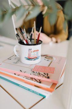 Stilleben auf dem Schreibtisch mit Stiften in einer Tasse und einem Stapel Magazinen Business Portrait, Lightroom, Amazing Photography, Tableware, Small Groups, Fresh Flowers, Good Photos, Image Editing, Photo Shoot