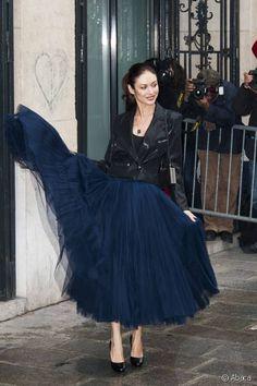 Olga Kurylenko se rend au défilé Jean-Paul Gaultier.