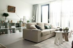 """woonkamer - Bank Kivik van Ikea, vloerkleed van vtwonen, bijzettafel Grip van vtwoen, salontafel beton zelf gemaakt, krattenkast zelf gemaakt, schilderij cadeau gekregen, slinger van Hema, lambrisering """"Zee"""" van Histor"""