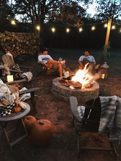 feuerstelle garten 20 Incredible Backyard with Fall Decoration Youll Try Cozy Backyard, Backyard Seating, Rustic Backyard, Fire Pit Backyard, Backyard Landscaping, Backyard Ideas, Desert Backyard, Backyard Retreat, Small Fire Pit