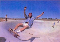Os anos 70 foram mágicos para o skateboard. Depois de quase uma década que tinha sido inventado, o mesmo skate que era considerado uma brincadeira de adolescentes surfistas, começava então a criar uma cena própria e com isso, um novo estilo de vida estava surgindo. Surf era surf e skate era skate. Começaram existir malucos …