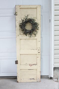 Simple Old Door decorating idea. - For the Home - Door Design Vintage Door Decor, Old Door Decor, Vintage Doors, Vintage Windows, Shabby Chic Decor, Rustic Decor, Farmhouse Decor, Vintage Farm, Look Vintage