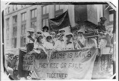 Trong ảnh là các Suffragette-danh từ chỉ người đàn bà đòi quyền đi bầu cử cho phụ nữ (đầu thế kỷ 20)-tại hội chợ New York, ngày 10/81913. Những phong trào này đã góp phần giúp phụ nữ giải thoát họ ra khỏi những áp bức, đè nén của xã hội trọng nam khinh nữ.