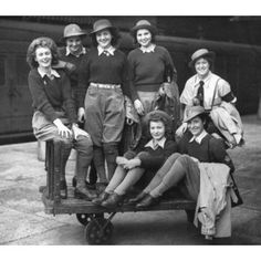 Amazing Vintage Photos That Show How Trousers Evolved in Century Women's Fashion ~ vintage everyday Women In History, British History, American History, 1940s Fashion, Vintage Fashion, Women's Fashion, Fashion Black, Fashion Shoes, Fashion Dresses