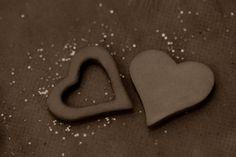 Ces adorables petits #cœurs (assortiment de cœurs pleins et de cœurs vides) en gomme vont parfaire vos décorations de table. N'hésitez pas à les parsemer sur les nappages ou encore à accrocher les cœurs vides à vos contenants à dragées. Ils donnent à la fois une touche romantique et #naturelle à votre mariage.