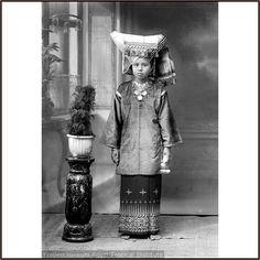 Minangkabau girl                                                                                           Mehr Indonesian Women, Minangkabau, Cultural Studies, East Indies, Lineage, Archipelago, Old Pictures, Southeast Asia, Vintage Photos
