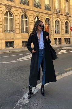 Ways To Style A Button-Down Shirt Langer schwarzer Mantel + Button-Down-Shirt + schwarze Stiefeletten Mode Outfits, Fall Outfits, Fashion Outfits, Casual Outfits, Schwarzer Mantel Outfit, Black Coat Outfit, Look Street Style, Winter Mode, Fashion Mode