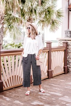 Black and White Summer Outfit - The Savvy Camel Vacation Outfits, Mom Outfits, Simple Outfits, Late Summer Outfits, Spring Outfits, White Sandals, White Flats, Spring Fashion Trends, Spring Summer Fashion