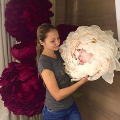 🌸🌸🌸さん( 「Отзывы от наших учениц😚 from - Наши руки не для скуки! Big Paper Flowers, Paper Flower Garlands, Tissue Flowers, How To Make Paper Flowers, Giant Paper Flowers, Paper Flower Backdrop, Felt Flowers, Fabric Flowers, Paper Peonies