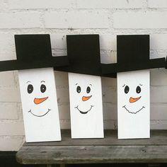 Wat zijn ze toch leuk geworden ♡ hoedjes zijn van krijtverf voor eigen teksten.. zondag 30 oktober as neem ik ze in 2 verschillende maten mee naar de #kidsmarketmaastricht ☆ ☆ #sneeuwpop #woodcraft #snowman #hout #creative #creativelifehappylife #ateliernosissy #winter #kadootje #kerstkado #christmasgift #holz #holzdeko #handgemacht #weihnachten