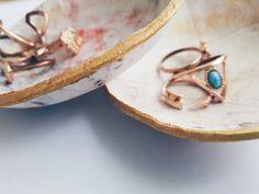 Handgemaakte marmer Clay sieraden ring kommen :)  Ze zijn sterk en lijken op echte marmer. Ze zijn bedekt met een beschermende laag en beschilderd met vloeibaar goud op de randen. Ze zal u boudoir oplichten en maakt het gelukkig wanneer u uw ringen in hen zetten.  Ze zijn van droging van klei, dus voorkomen dat vocht en water.  NIET GESCHIKT VOOR VOEDSEL.  AFMETINGEN: 9cm (ongeveer 4 inch) in lengte  ---------------------------  Als u aangepaste kunstwerk, vervolgens message me! Ik zou graag…