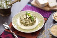 Lo sformato di couscous al pesto con salsa di taleggio è un primo piatto molto semplice, una ricetta gustosa e anche bella da portare in tavola.