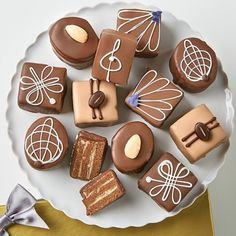 A sumptuous selection of our best chocolate petits fours which will satisfy even the most discerning chocolate lover. Savor these out of the ordinary tender bit Chocolate Snacks, Decadent Chocolate, Best Chocolate, How To Make Chocolate, Chocolate Lovers, Mini Cakes, Cupcake Cakes, Ricotta Cake, Apple Smoothies