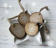 Natürliche Weihnachten: Baumanhänger aus Holzscheiben machen jedes Büro weihnachtlicher und heimeliger. Fehlt nur noch der Kamin. #stylemas