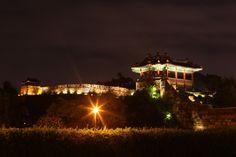 어두운 밤을 밝히는 성곽을 따라 한국의 전통미를 느낄 수 있는 경기수원 화성