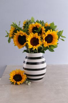 Sunflowers In A Black And White Vase Online Black And White Vase, Personalized Wine, Beauty Full, Spring Day, Online Gifts, Yellow Roses, The Fresh, Sunflowers, Cool Gifts