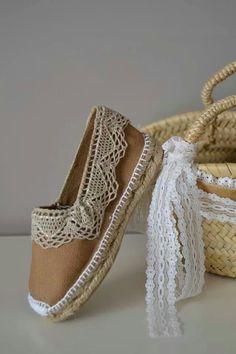 Bonitas alpargatas tuneadas con tira de encaje o puntilla ancha, en ocre y beige. Cute Sandals, Shoes Sandals, Diy Fashion, Fashion Shoes, Shirt Embroidery, Crochet Shoes, Shoe Art, Shoe Closet, Wedding Shoes