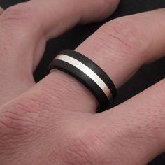 Anillo de plata y madera de ébano negro. Sterling silver and black ebony wooden ring. Wood ring, wooden ring, ebony ring, wedding bands. Adam Ballester Joyas.