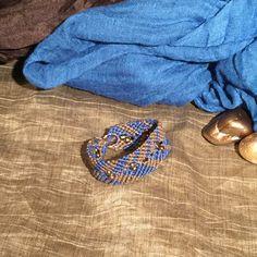Pulsera de micro macramé color azul y marrón con rocallas de decorativas doradas. Brown and blue micro-macrame bracelet with golden beads. #AbaloriosAlcoba  #Moda #Abalorios #Fashion #Beads #MicroMacrame #Macrame  #Pulsera #Bracelet