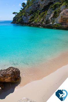 CALA MACARELLETA MENORCA Todo son maravillas en esta isla tranquila, paraíso mediterráneo perfecto para los amantes de la naturaleza, de la cultura, de los atardeceres infinitos y de los deportes al aire libre. Son sus calas las auténticas estrellas y Macarelleta una de las imprescindibles.