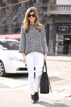 białe dżinsy, czarne buty, czarna torba z materiału, szary sweter
