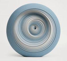 L'artiste britannique Matthew Chambers crée des sculptures en céramique contemporaines et abstraites. Matthew a commencé son voyage initiatique en 1993 par une formation dans la poterie avec Philip Wood à Nunney, en Angleterre où il a grandi. Il a poursuivi ses études à la Bath School of Art puis au Royal College of Art à Londres.