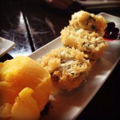 Galletas #oreo tempura con helado de mango y salsa de frutos rojos