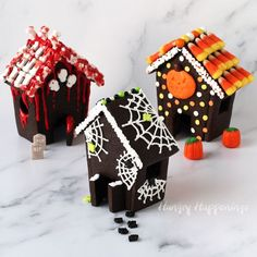 Have fun decorating these Haunted Cookie Houses for Halloween using royal icing, sprinkles, and candies. Make each house as cute or creepy as you like. Halloween Appetizers, Halloween Desserts, Halloween Cookies, Halloween Treats, Halloween Decorations, Halloween Birthday, Couple Halloween Costumes, Spooky Halloween, Holidays Halloween