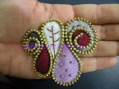 #Broche de #fieltro y cremallera en tonos granates y lilas