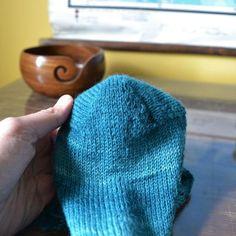 menossa. Jokaisen sukkaparin kohdalla mietin, miten voisin tehdä Knitted Hats, Socks, Knitting, Crocheting, Slippers, Crochet, Tricot, Breien, Sock