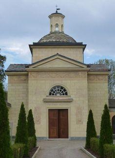 la stessa facciata restaurata e con il nuovo portone ligneo