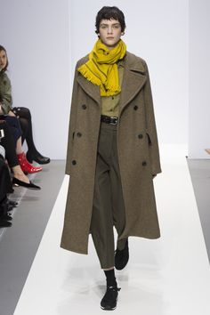 The complete Margaret Howell Fall 2017 Ready-to-Wear fashion show now on Vogue Runway. Office Fashion Women, Womens Fashion For Work, Work Fashion, Fashion Show, Margaret Howell, Komplette Outfits, Fashion Outfits, Fashion Trends, Business Casual Dresses